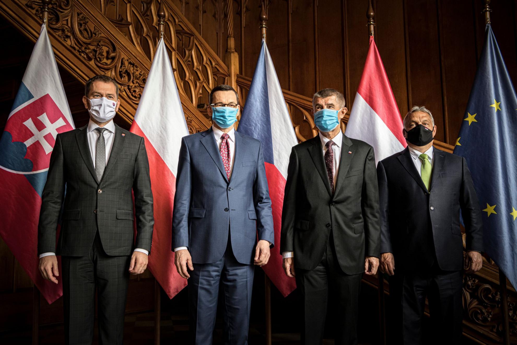 Igor Matovic szlovák, Mateusz Morawiecki lengyel, Andrej Babis cseh és Orbán Viktor magyar miniszterelnök (b-j) a visegrádi országok (V4) kormányfői csúcstalálkozóján a csehországi Lednicében