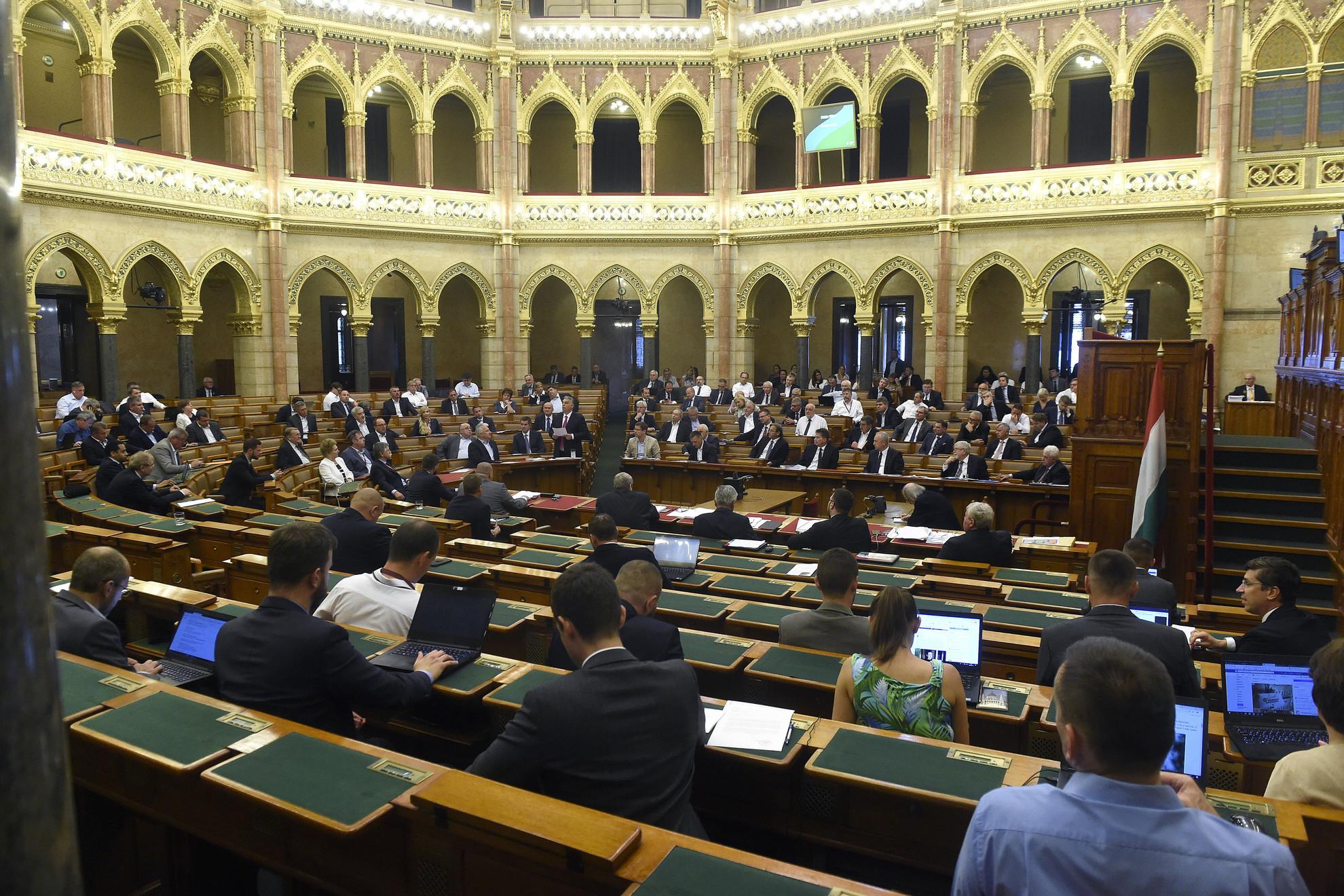 Orbán Viktor miniszterelnök (k) beszél az azonnali kérdések órájában az Országgyűlés plenáris ülésén 2020. június 29-én