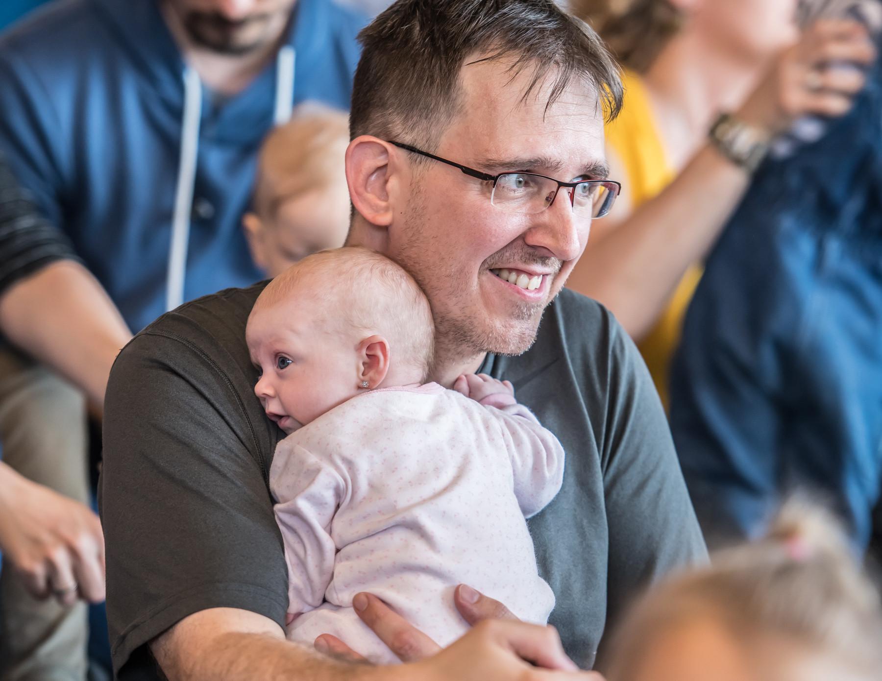 Az intézkedésnek hála a gyermek megszületését követő félévben jelentős összeg marad közel 80 ezer magyar családnál
