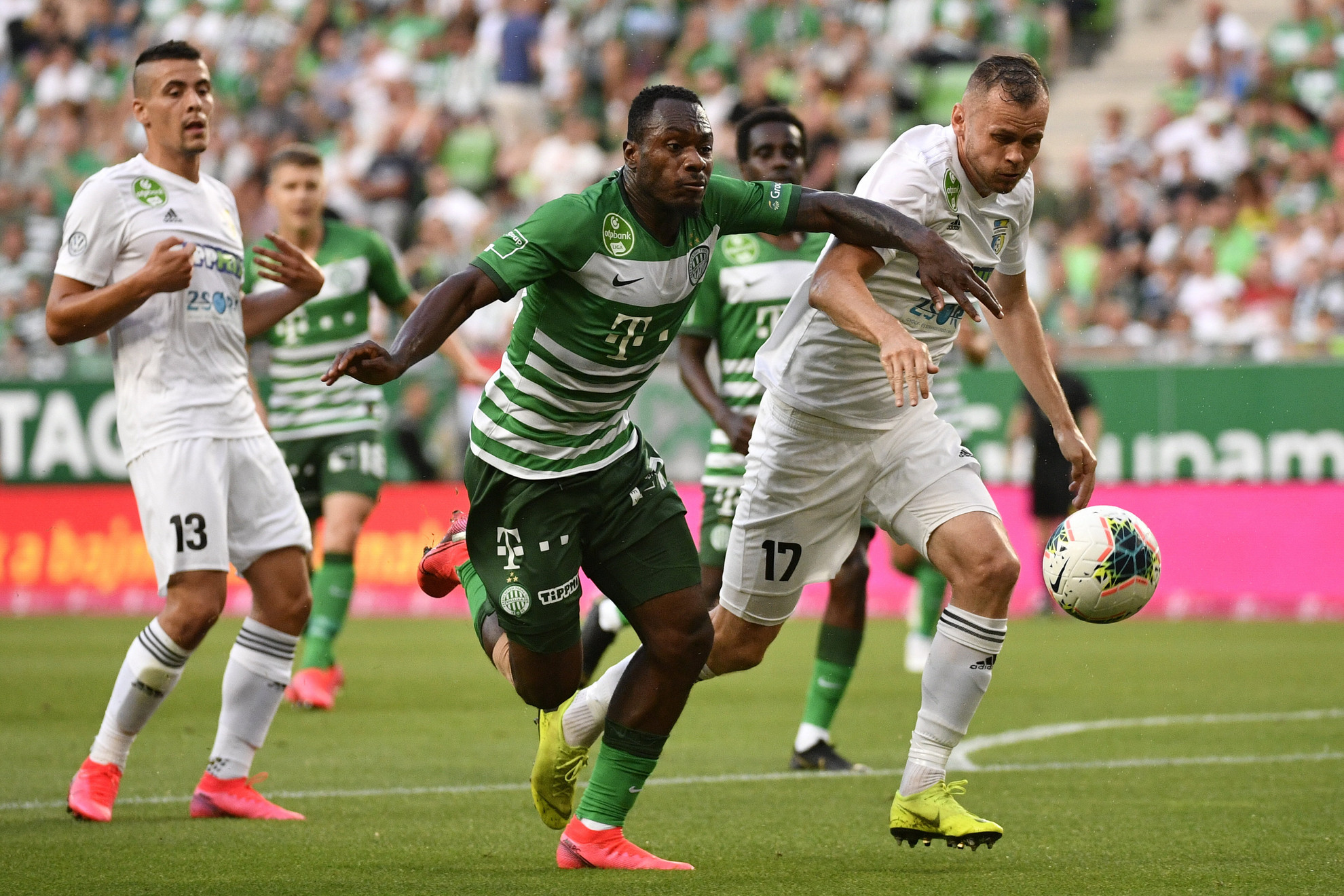 A ferencvárosi Sylvestre Bi Boli (k), a mezőkövesdi Pillár Róbert (j) és Berecz Zsombor (b) a labdarúgó OTP Bank Liga 33., utolsó fordulójában játszott Ferencvárosi TC -Mezőkövesd Zsóry FC mérkőzésen a Groupama Arénában 2020. június 27-én