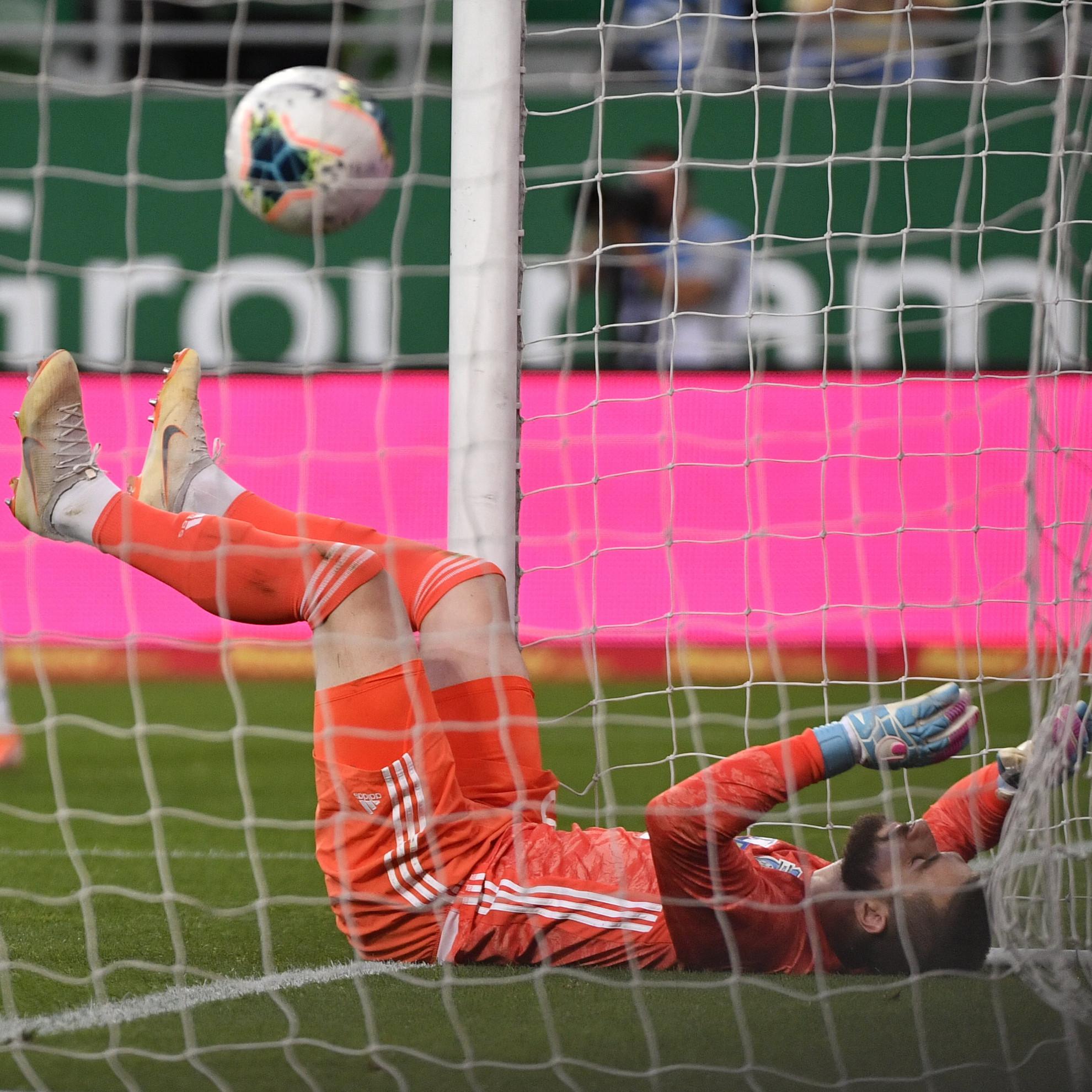 A mezőkövesdi Szappanos Péter kapus, miután gólt kapott a labdarúgó OTP Bank Liga 33., utolsó fordulójában játszott Ferencvárosi TC -Mezőkövesd Zsóry FC mérkőzésen a Groupama Arénában 2020. június 27-én