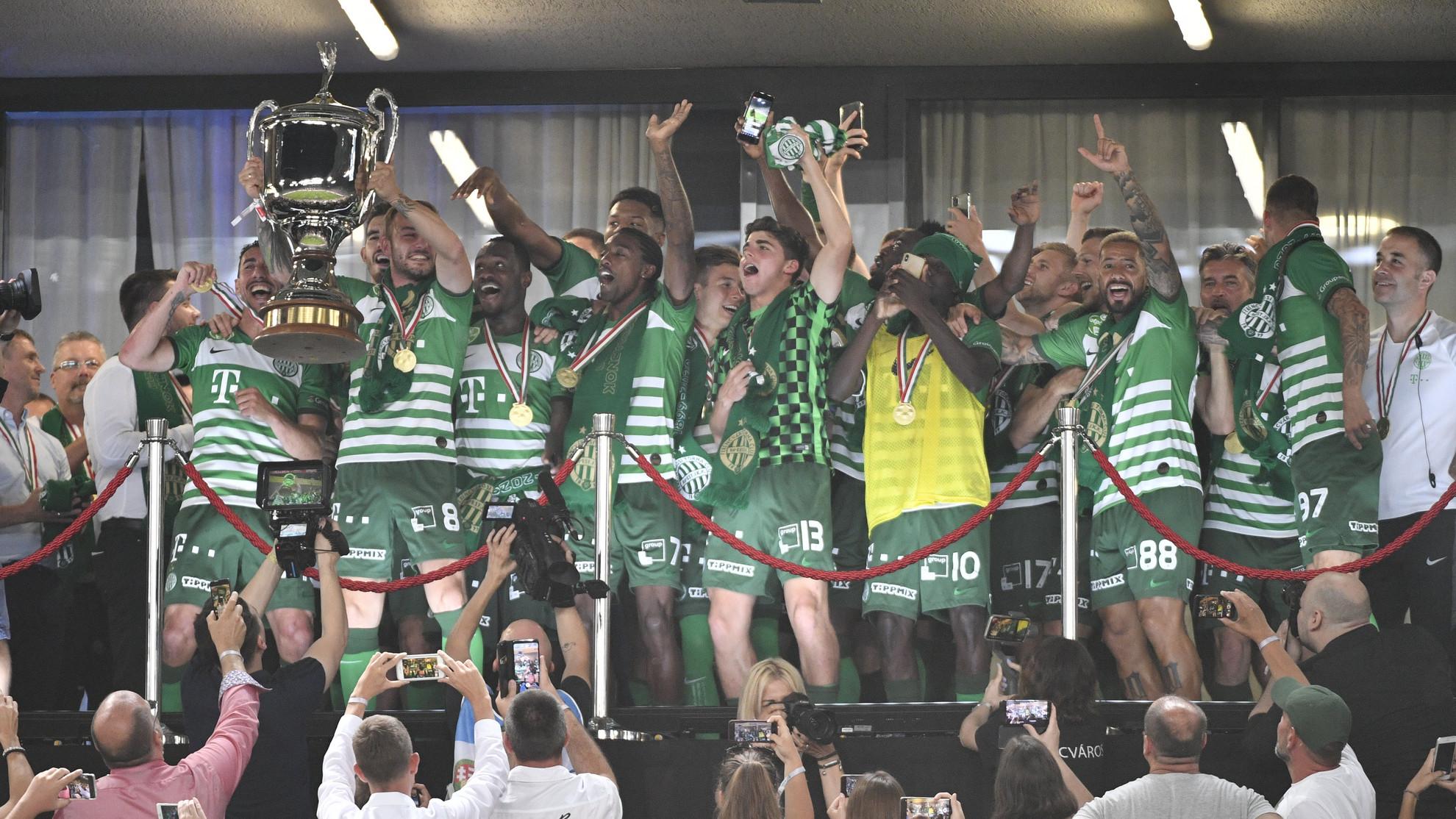 Lovrencsics Gergő, a Ferencváros csapatkapitánya a magasba emeli a bajnoknak járó kupát
