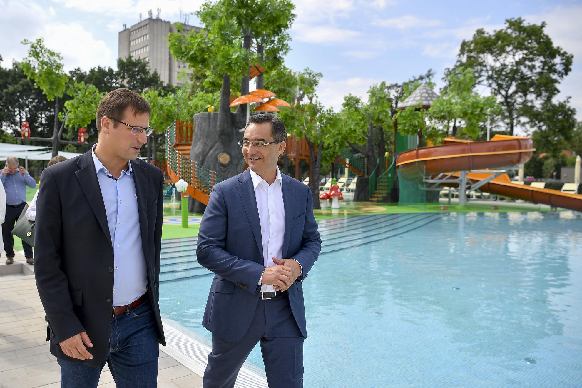 Gulyás Gergely, a Miniszterelnökséget vezető miniszter (b) és Papp László (Fidesz-KDNP) polgármester az új Aquaticum Debrecen Strand átadásán 2020. június 19-én