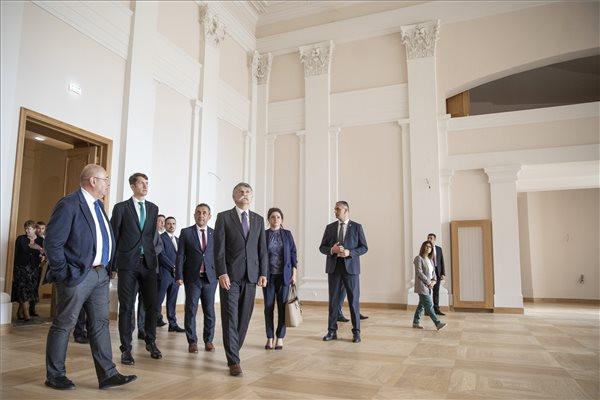 Kövér László, az Országgyűlés elnöke (k) megtekinti a szabadkai Népszínház épületét 2020. június 11-én. Mellette Pásztor István, a Vajdasági Magyar Szövetség (VMSZ) elnöke (b3), Pásztor Bálint, a Vajdasági Magyar Szövetség alelnöke (b4), Potápi Árpád János, a Miniszterelnökség nemzetpolitikáért felelős államtitkára (b7) és Horvát Tímea, Szabadka alpolgármestere (j4)