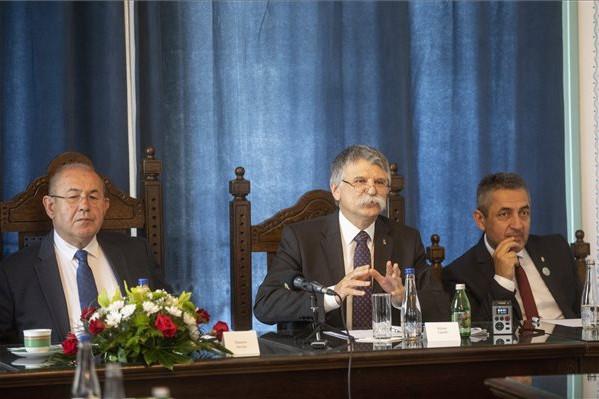 Kövér László, az Országgyűlés elnöke beszél a Közép-európaiságról a XXI. században címmel megrendezett kerekasztal-beszélgetésen