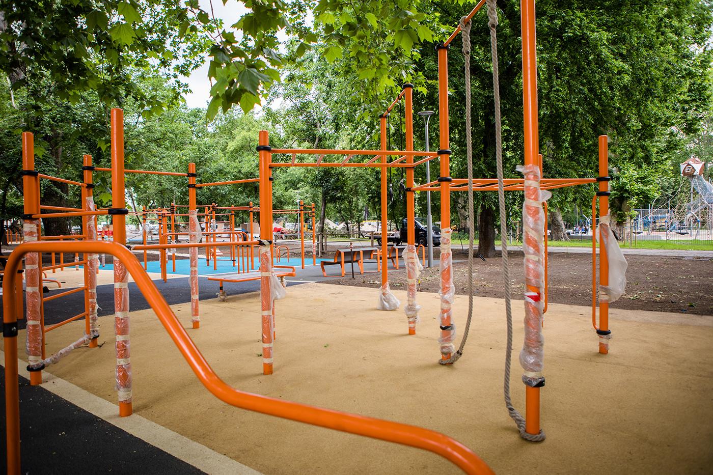 A projekt megvalósítása során kiemelt figyelmet fordítanak az egészséges életmódra ösztönző sportolási és kültéri játszó funkciók erősítésére