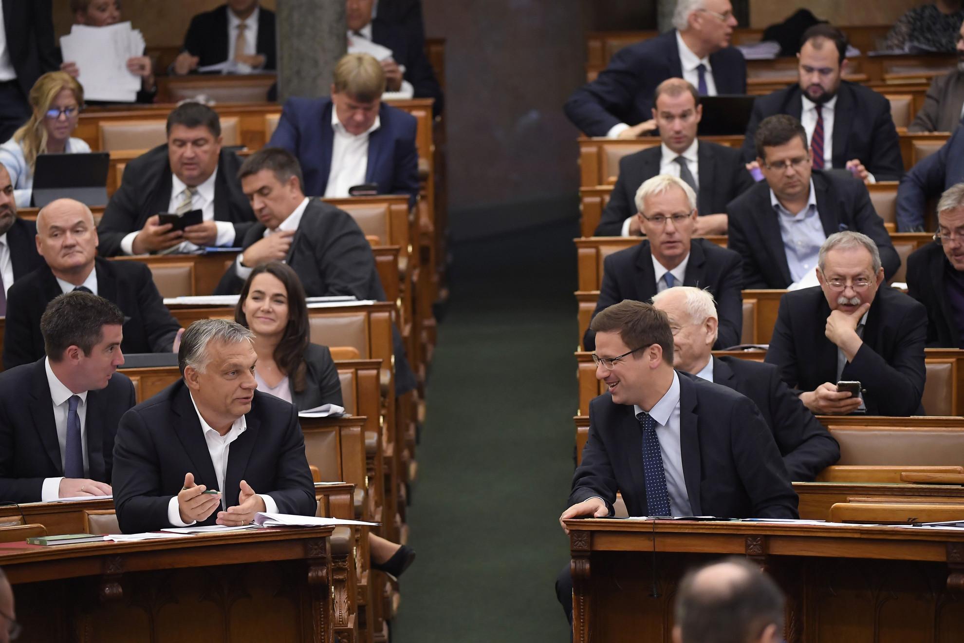 Orbán Viktor miniszterelnök és Gulyás Gergely miniszterelnökséget vezető miniszter (első sor, b-j) a veszélyhelyzet megszüntetéséről szóló törvényjavaslat végszavazása után