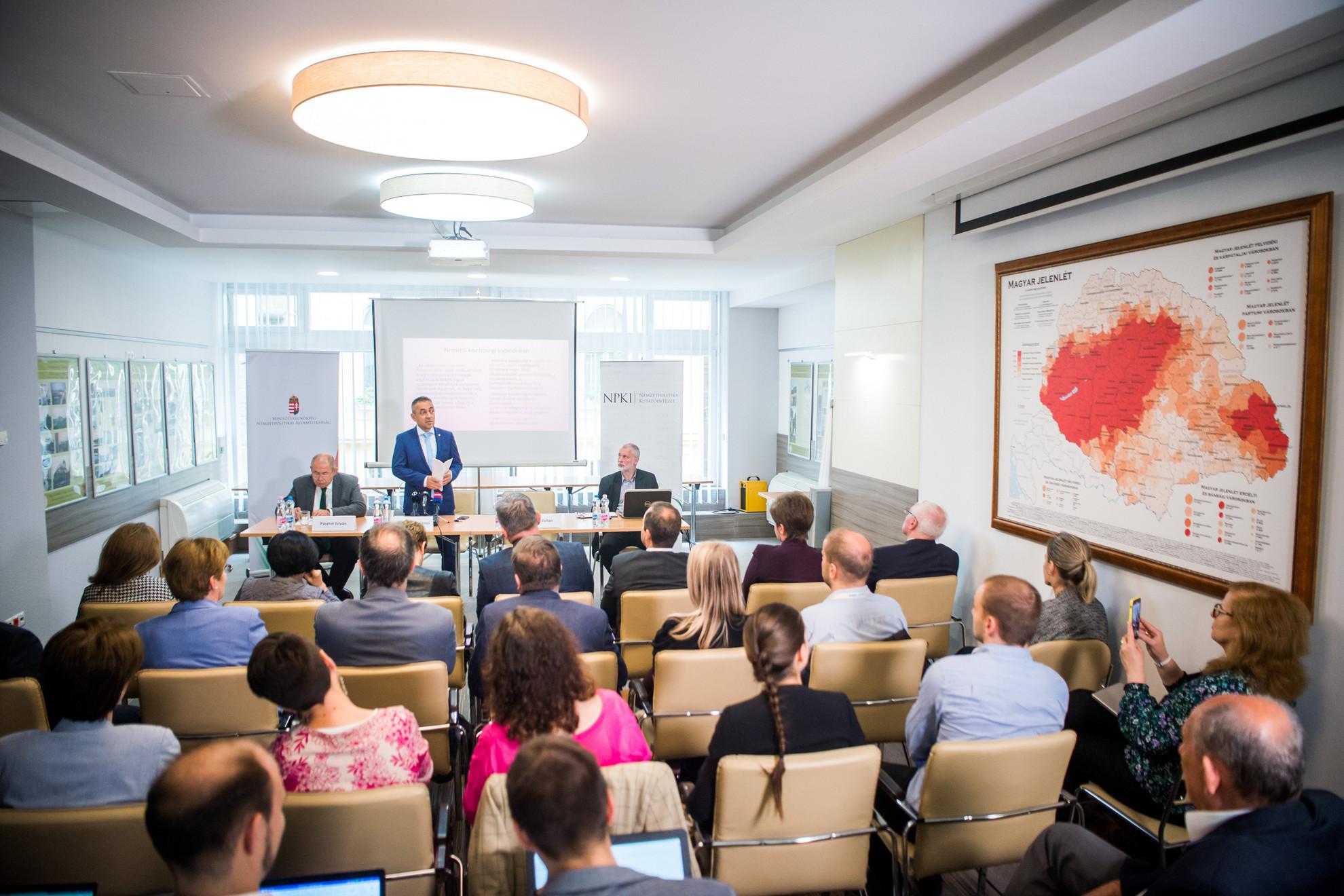 Jobbról Potápi Árpád János, a Miniszterelnökség nemzetpolitikáért felelős államtitkára (k) előadást tart a Választások Szerbiában - magyar vonatkozások címmel megrendezett konferencián a Bethlen Gábor Alapkezelő Zrt. budapesti székházában 2020. június 22-én