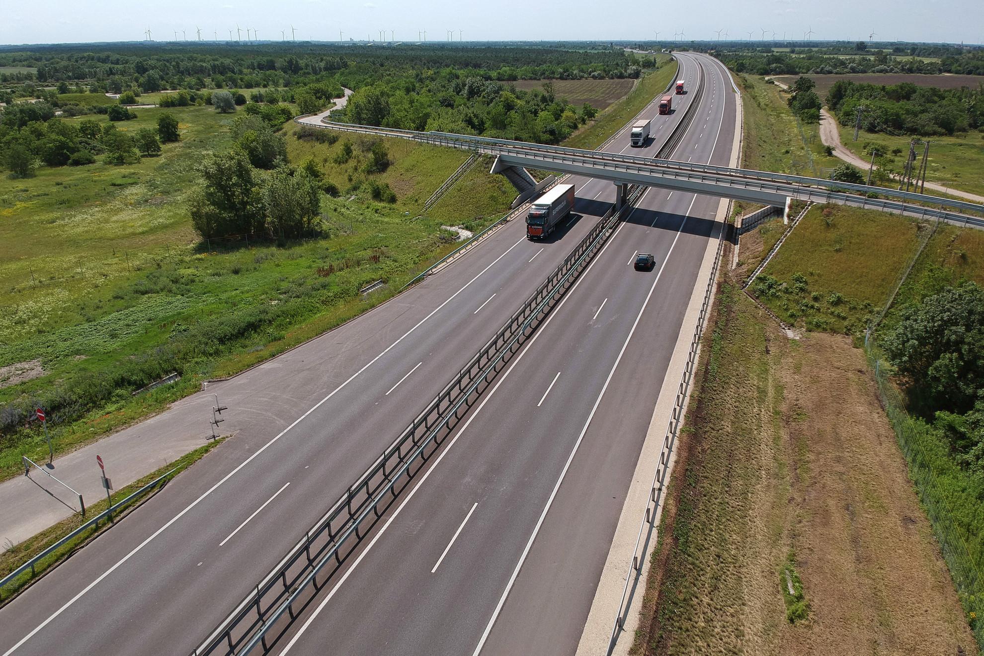 Gépjárművek közlekedik az M15-ös autóút 2x2 sávos autópályává történő bővítésének záró sajtótájékoztatója napján Rajka közelében, az autópálya leendő Márialigeti pihenőjénél
