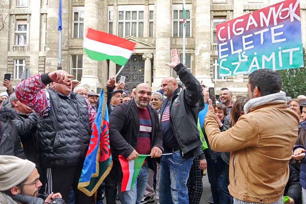 """Fővárosi tüntetés februárban """"Szabad bíróság! Szabad Gyöngyöspata!"""" jelszóval. Jól fizetett sorosista jogvédő aktivisták, szépen kereső """"áldozatok"""""""