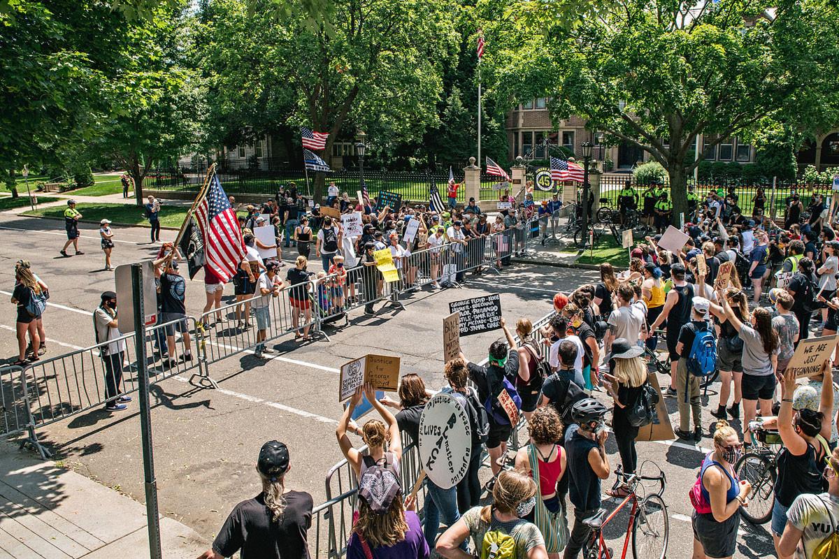 A rendőrség mellett és ellen is tüntettek a hétvégén a minnesotai St. Paulban