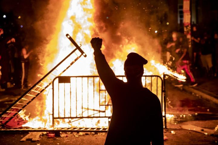 Az amerikai baloldal a zavargók oldalára állt a rendőrökkel szemben