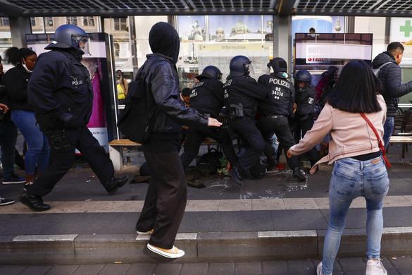 Németországban is elszabadultak az indulatok - Rendőrökre is rátámadtak az erőszakos tüntetők