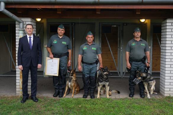 Szolgálati kutyákat díjazott Varga Mihály