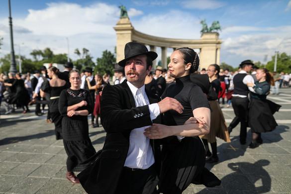 Száz néptáncos emlékezett a Trianon-évfordulóra a Hősök terén