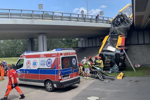 Viaduktról zuhant le a csuklós busz