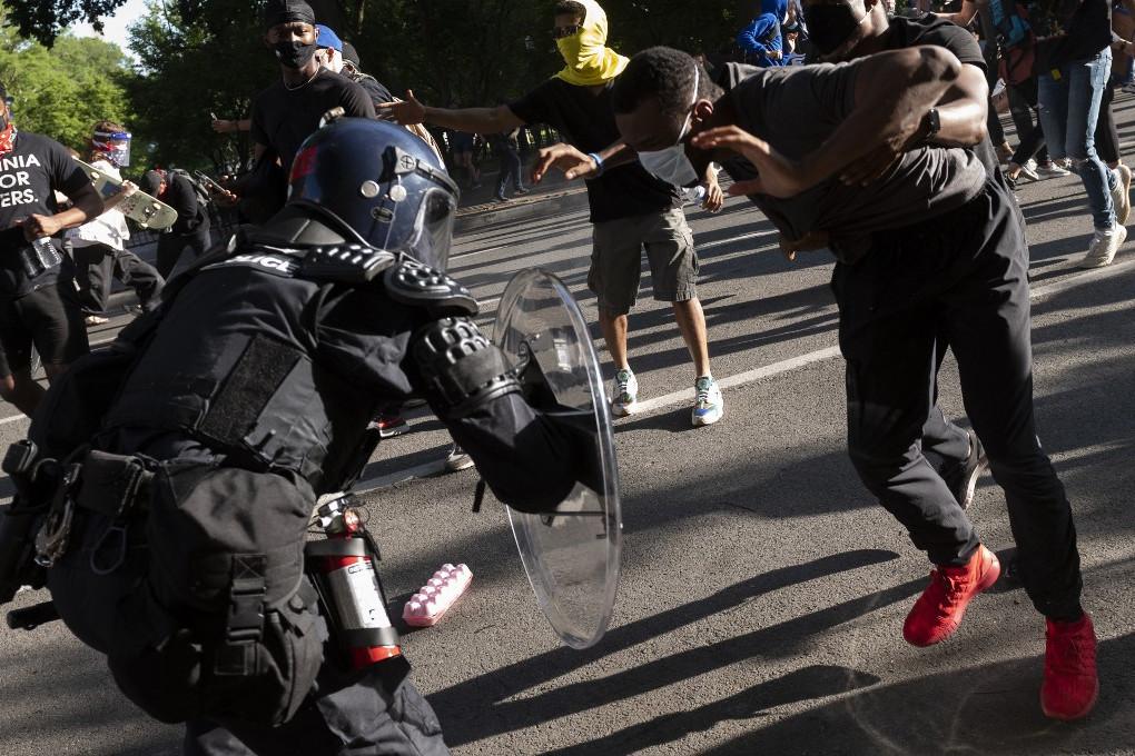Amerikában a rendőrök nem akarnak konfrontálódni erőszakos bűnözőkkel, ráadásul a balliberális médiában is gyorsan terjedő hírek szerint egyes amerikai városok rendőrállományától százával, ezrével akarnak leszerelni