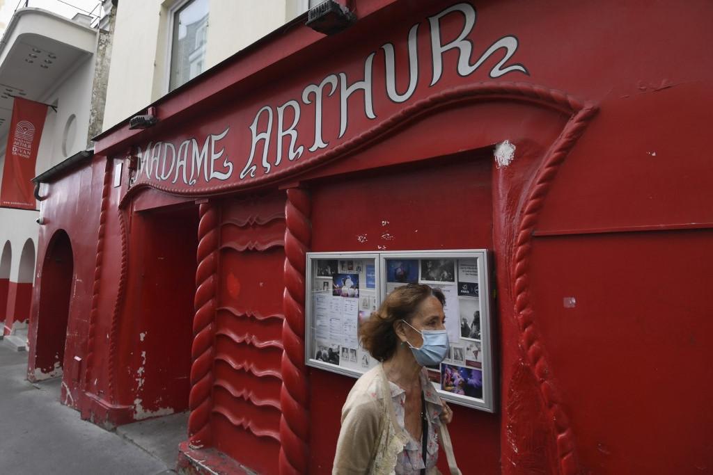 Védő arcmaszkot viselő nő Párizsban