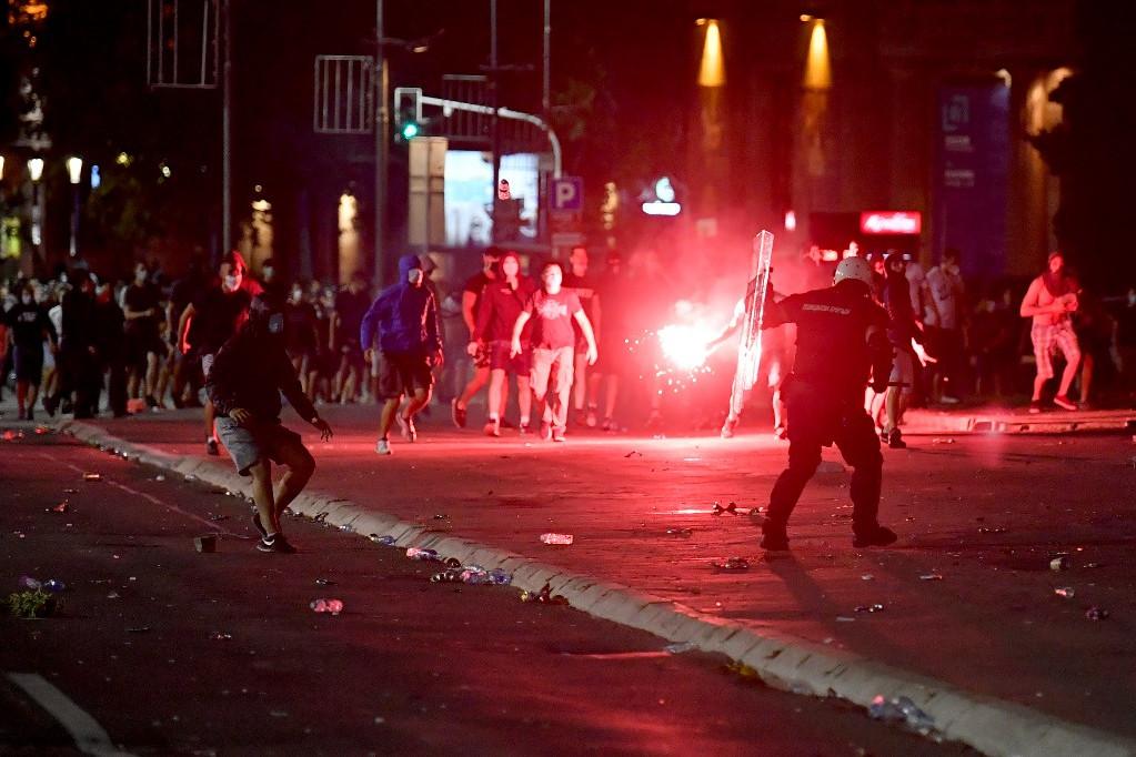 A rendőrök összecsaptak a tüntetőkkel a belgrádi parlament közelében