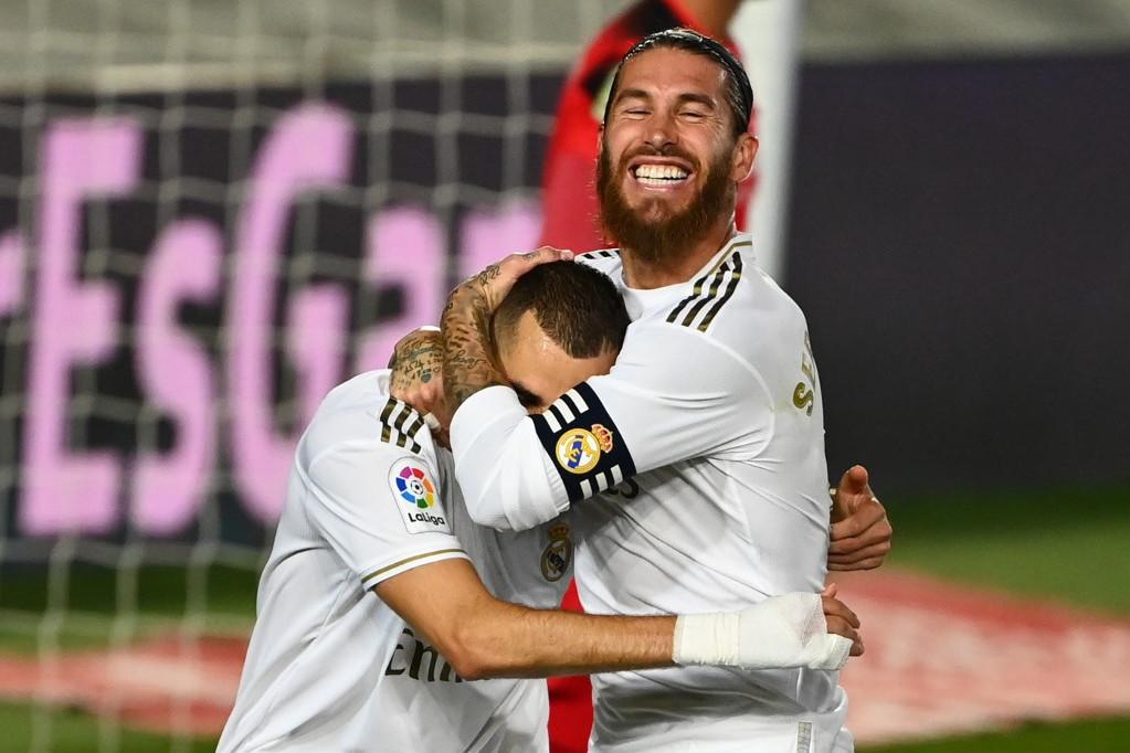 A csapat kapitánya, Sergio Ramos (j) ölelgeti a duplázó Karim Benzemát
