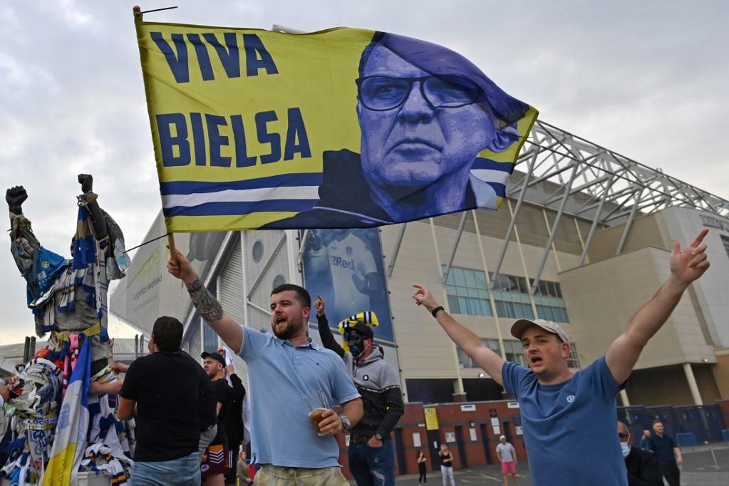 Ünneplő szurkolók a Leeds United stadionjánál. Éljen Bielsa! - hirdeti a csapat edzőjét, az argentin Marcelo Bielsát dicsérő zászló