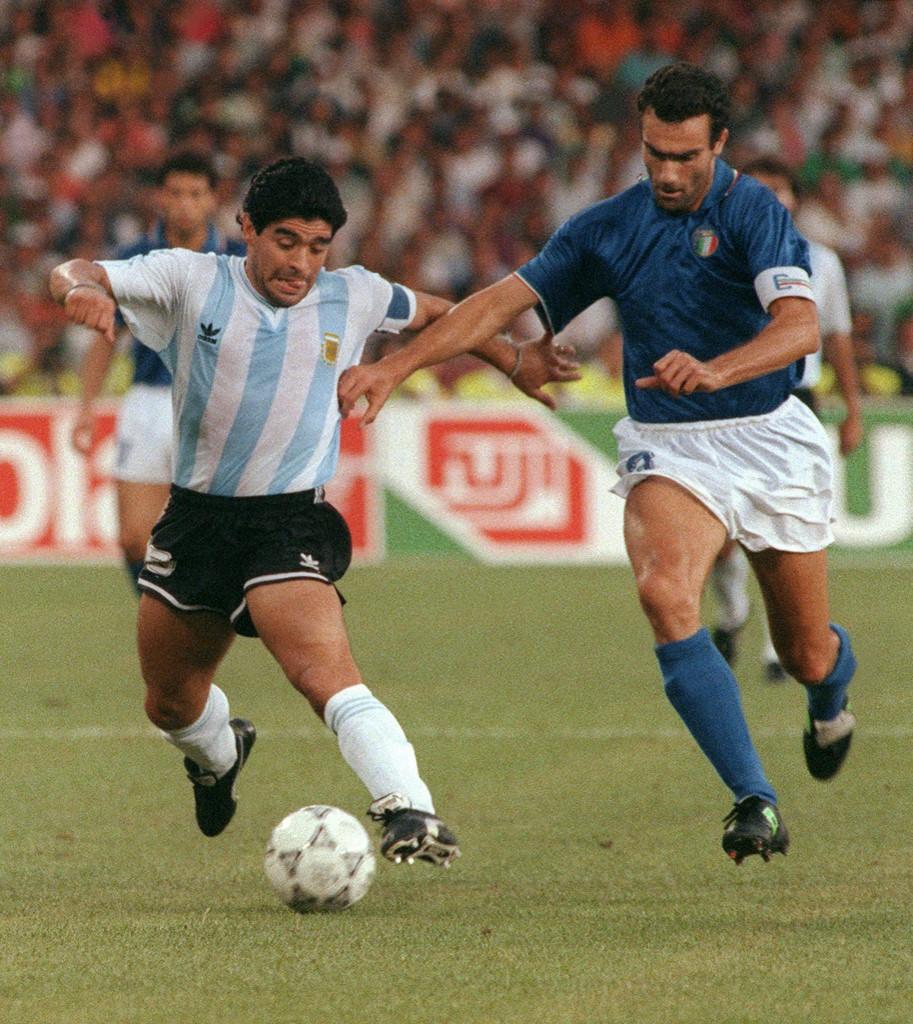 Diego Maradona és házigazda olaszok csapatkapitánya, Giuseppe Bergomi küzd a labdáért az 1990-es világbajnokság elődöntőjében