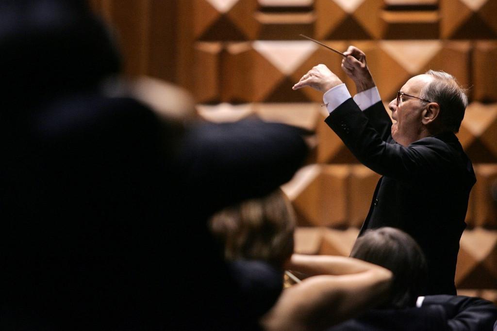 Ennio Morricone vezényel egy 2006-os fellépésen