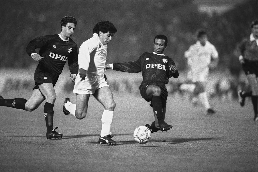 Diego Maradona (fehérben) a Napoli mezében a Bordeaux elleni 1988-as UEFA-Kupa mérkőzésen