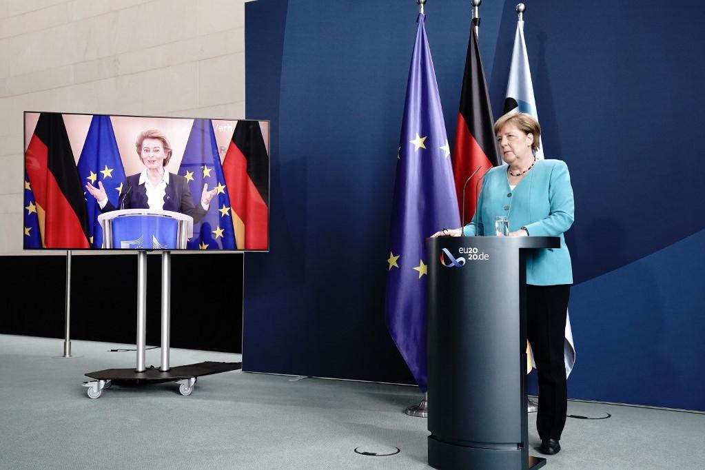 Von der Leyen Angela Merkel német kancellárral közösen tartott online sajtótájékoztatót