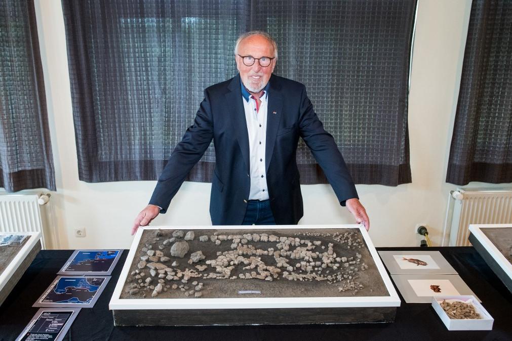 Gerhard Höpfner, az ásatás vezetője a lelettel