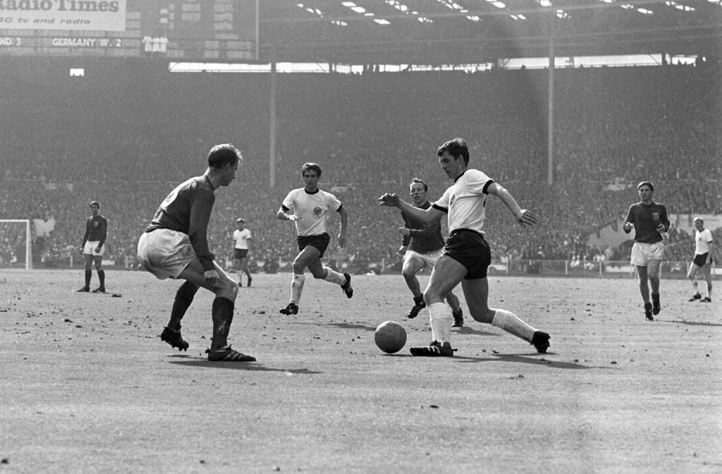 Jack Charlton (balra) a német Roland Emmerichhel szemben védekezik az 1966-os világbajnokság döntőjében