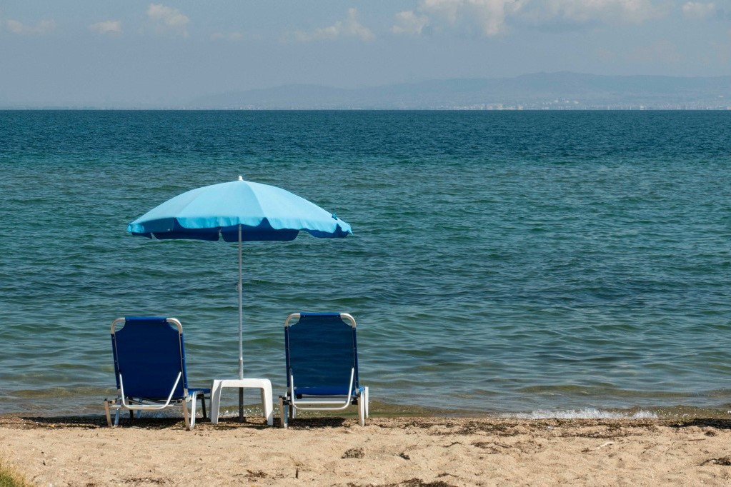 Üres strand egy görög nyaralóhelyen (képünk illusztráció)