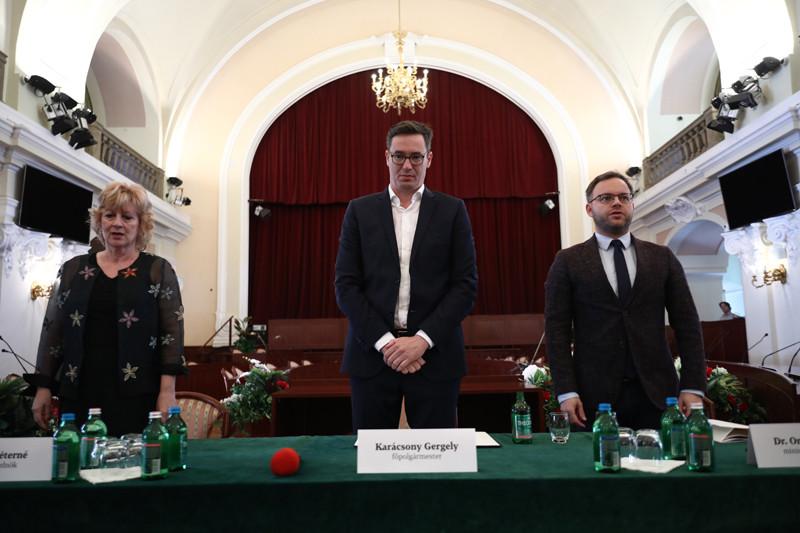 Boros Péterné, a Magyar Köztisztviselők, Közalkalmazottak és Közszolgálati Dolgozók Szakszervezetének elnöke, mellette Karácsony Gergely és Orbán Balázs