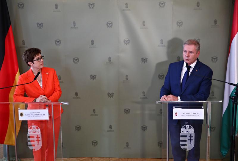 Annegret Kramp-Karrenbauer és Benkő Tibor közös sajtótájékoztatójukon