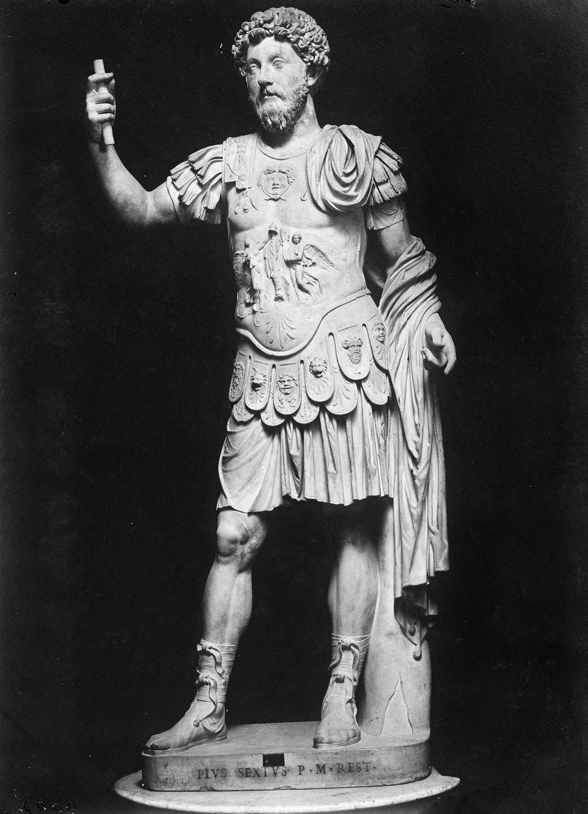Nem rekonstruálható annak menete, hogy a rómaiak miként  foglalták  el a későbbi Pannónia területét, mindenesetre Augustus császár (képünkön) sokat idézett feliratában már utal a tartományra. A területet korábban a kelták uralták