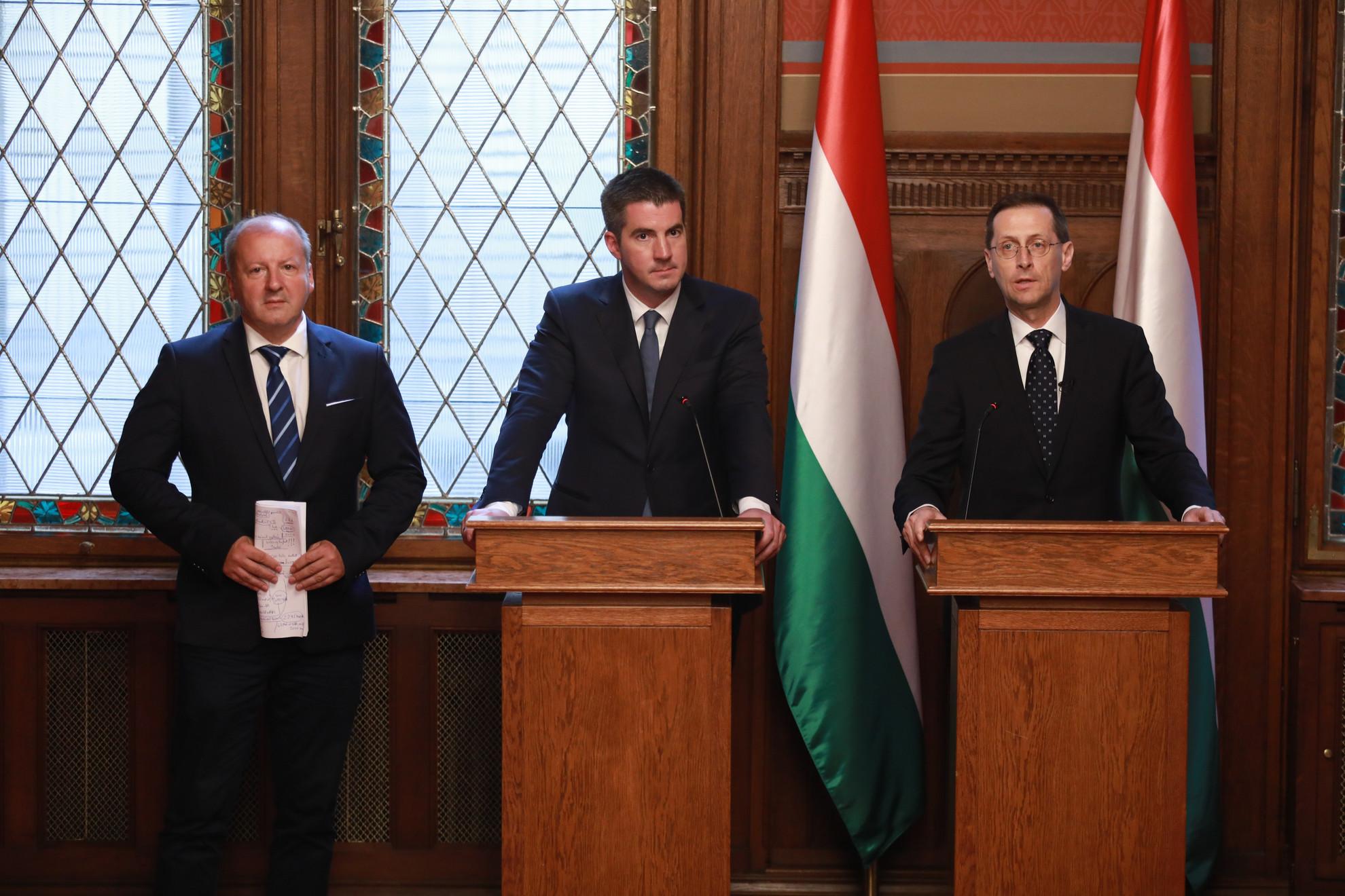 Simicskó István, Kocsis Máté és Varga Mihály (b-j) a költségvetés elfogadása után tartott budapesti sajtótájékoztatón