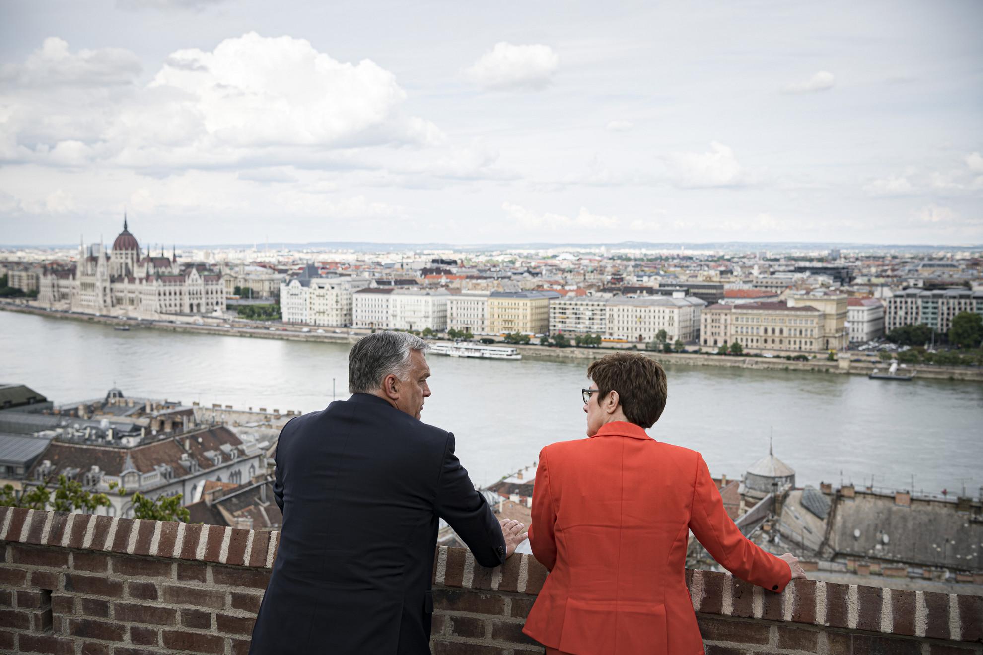 Orbán Viktor miniszterelnök fogadja Annegret Kramp-Karrenbauer német védelmi minisztert, a CDU-elnökét a Karmelita kolostor teraszán 2020. március 22-én