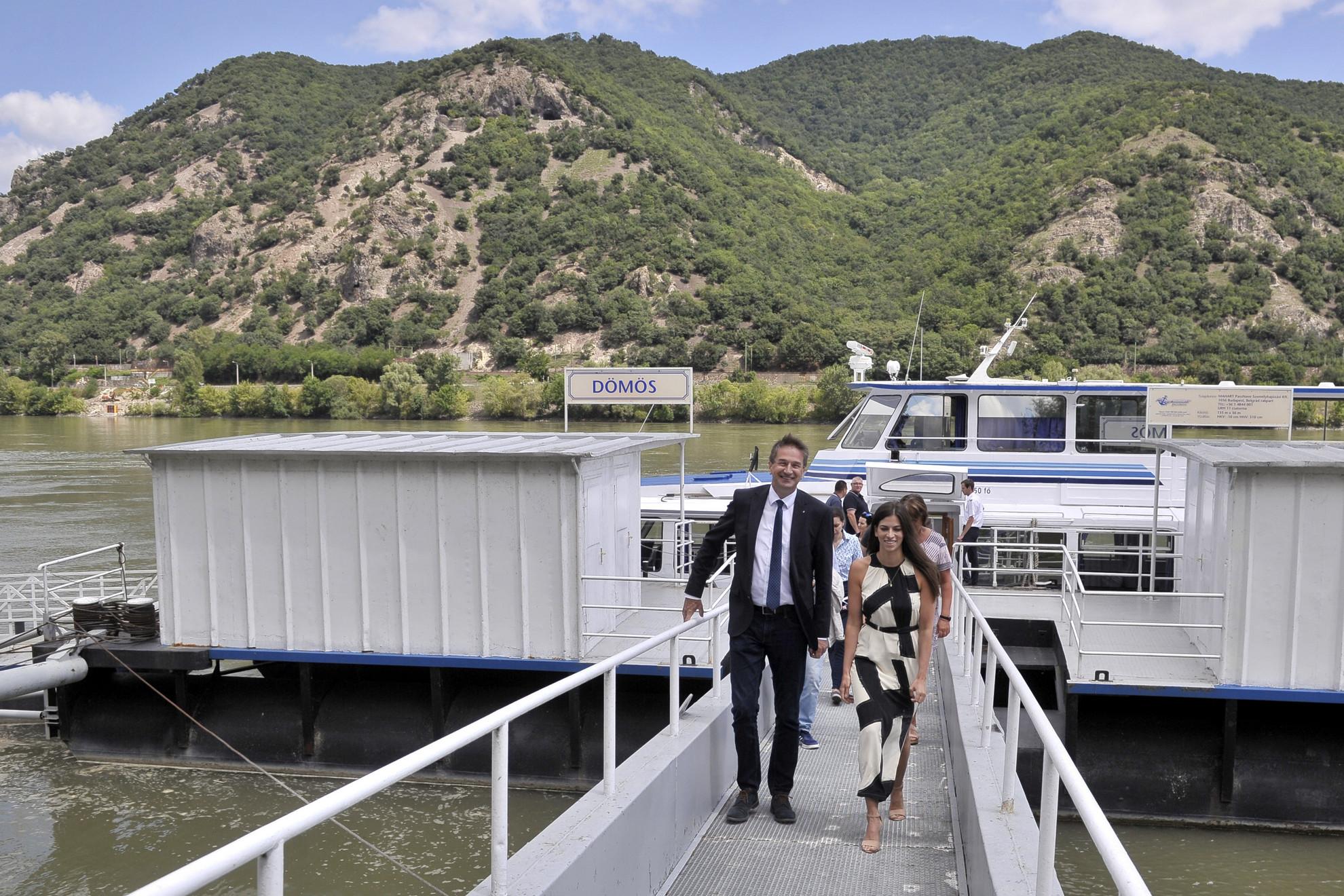 Völner Pál, az Igazságügyi Minisztérium (IM) parlamenti államtitkára és Szentkirályi Alexandra kormányszóvivő kiszáll az Esztergom hajóról egy rövid hajókirándulás után a dömösi kikötőben