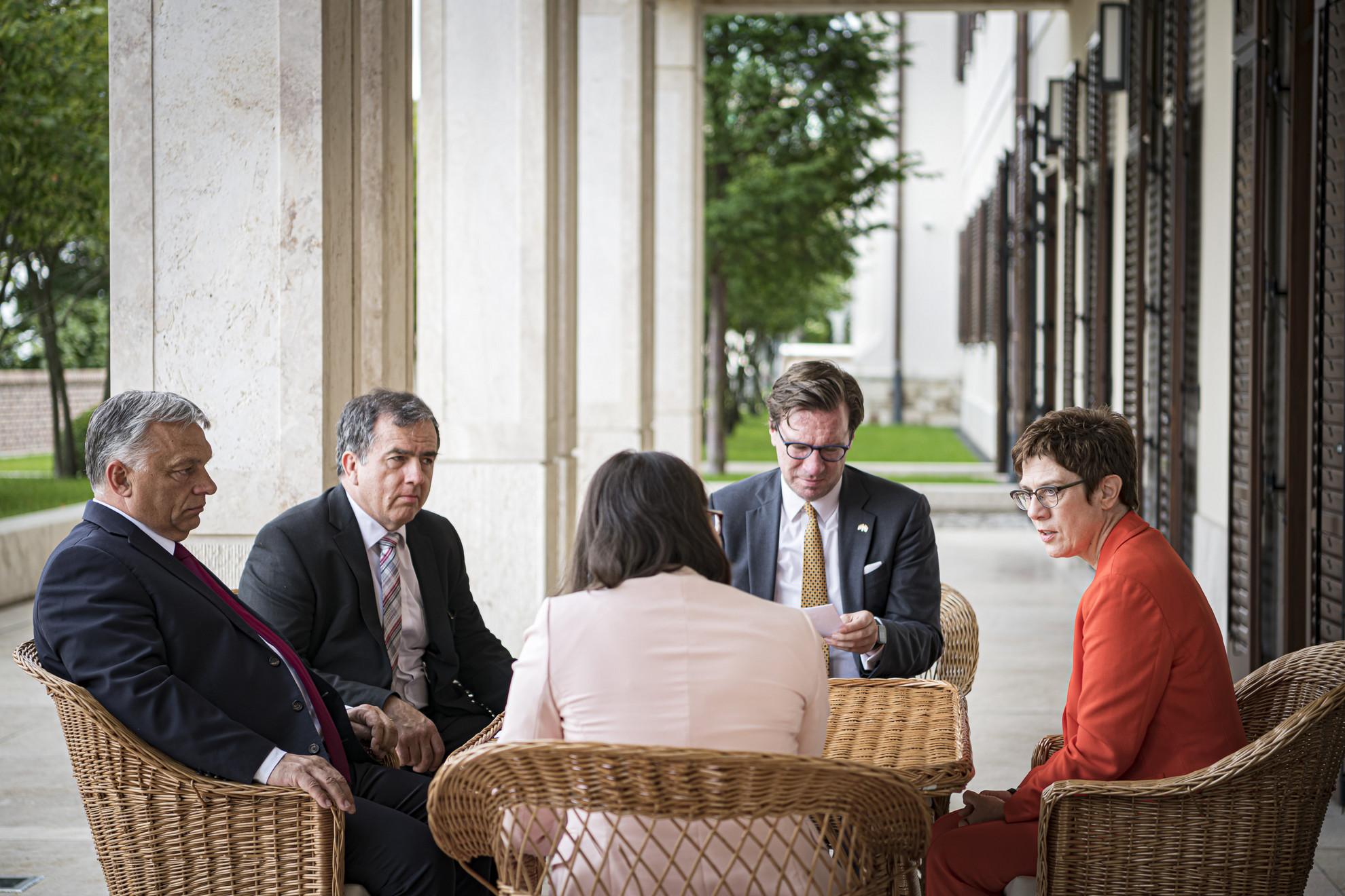 Orbán Viktor miniszterelnök (b) fogadja Annegret Kramp-Karrenbauer német védelmi minisztert, a CDU-elnökét (j) a Karmelita kolostorban 2020. július 16-án