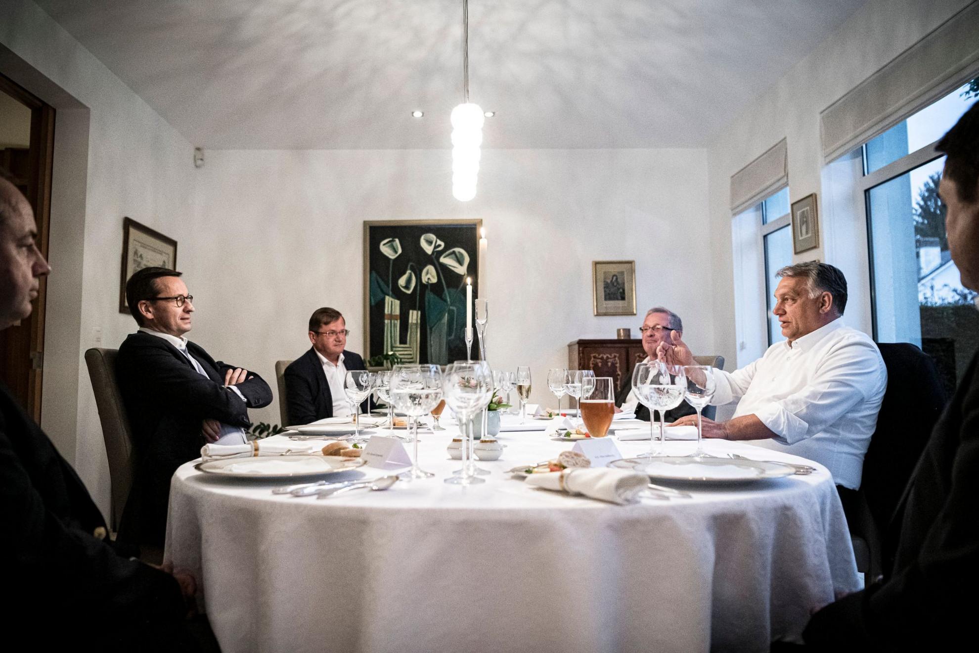Orbán Viktor magyar (j) és Mateusz Morawiecki lengyel kormányfő (b) munkavacsorája az Európai Unió kétnapos brüszeli csúcstalálkozója előtt