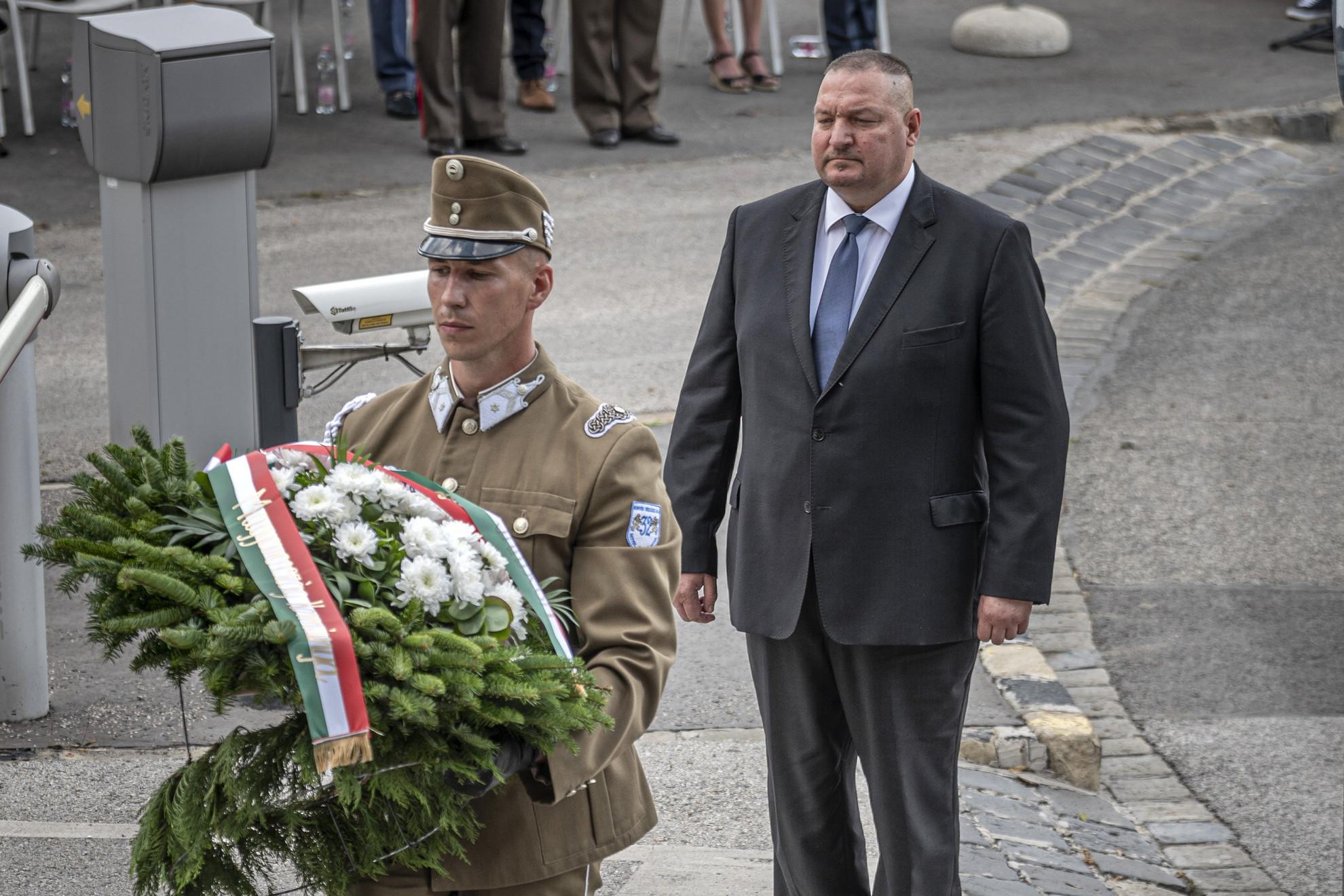 Németh Szilárd, a Honvédelmi Minisztérium (HM) parlamenti államtitkára megkoszorúzza Hunyadi János szobrát az 1456-os nándorfehérvári csata évfordulóján, a nándorfehérvári diadal emléknapján a budai Várnál 2020. július 22-én
