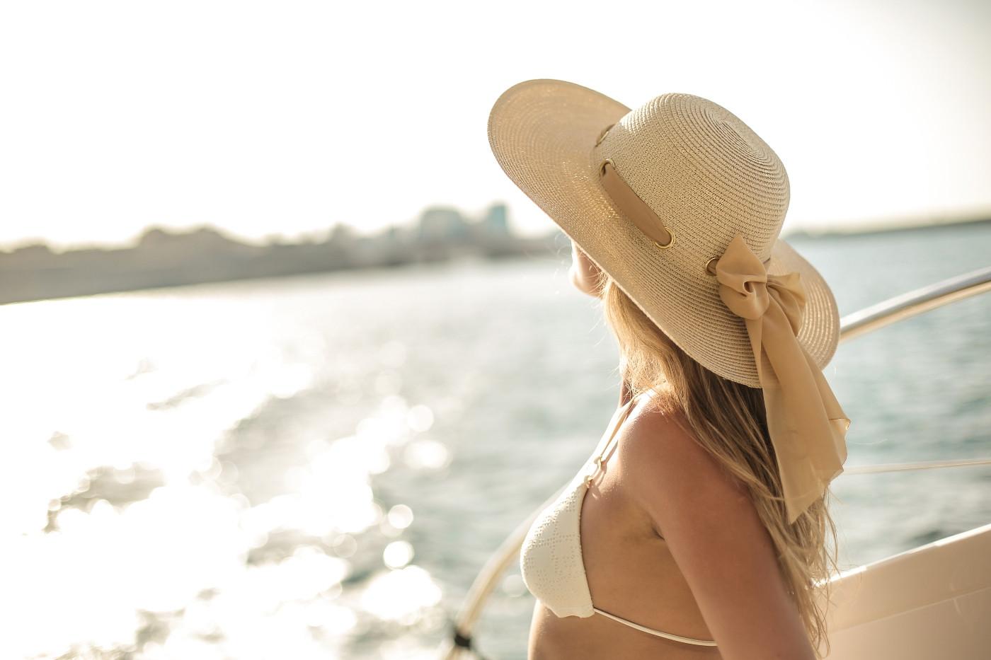 A kalap nem csupán divatossá varázsolja megjelenésünket, de véd a hőgutától is