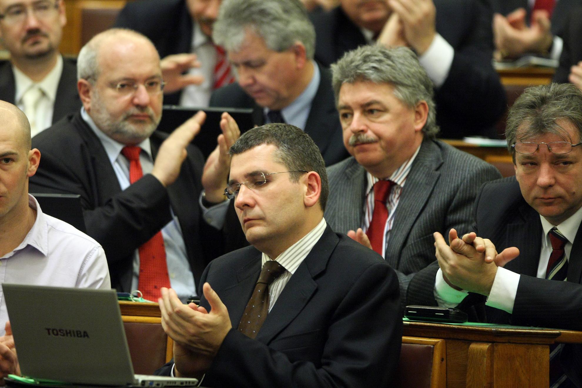 Kóka János (k) a szocialisták gyűrűjében a Parlamentben 2010-ben