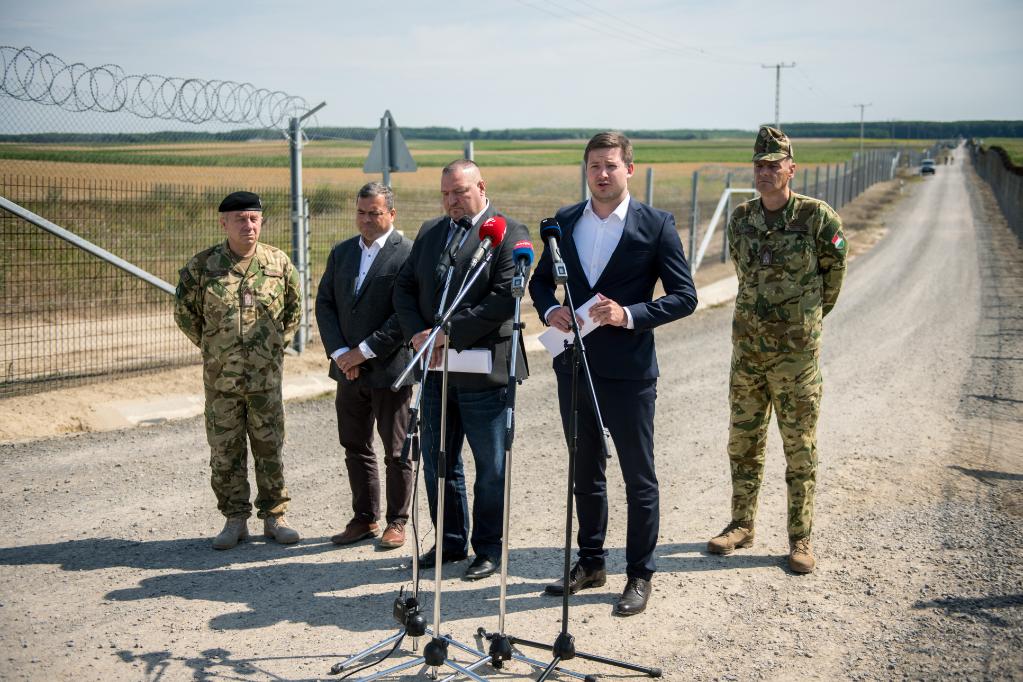 Farkas Örs, a Kormányzati Tájékoztatási Központ szóvívője (j2) sajtótájékoztatót tart az ideiglenes biztonsági határzár mellett a bácsalmási magyar-szerb határátkelőhely közelében