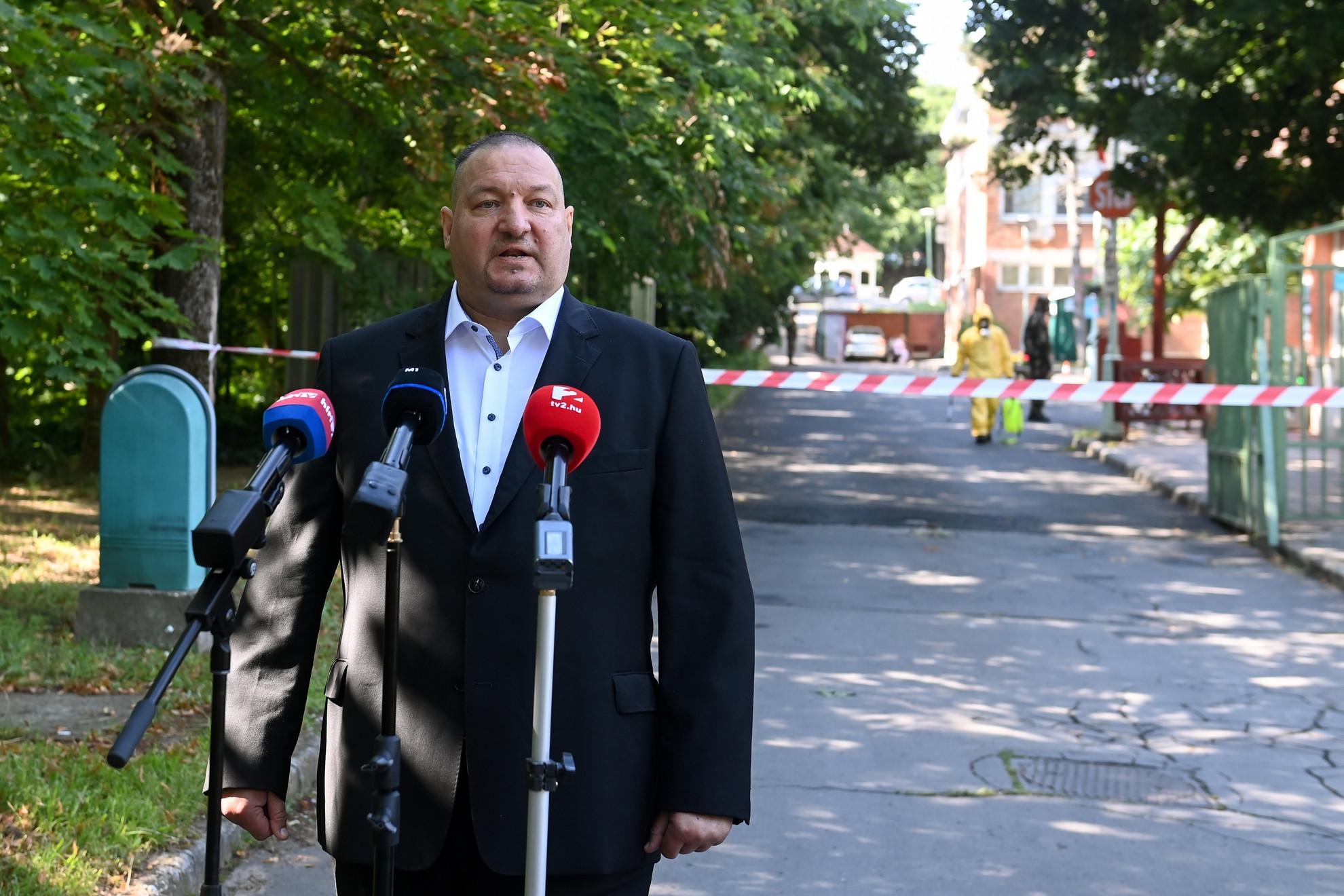 Németh Szilárd, a Honvédelmi Minisztérium parlamenti államtitkára sajtótájékoztatót tart a főváros által fenntartott XVII. kerületi Pesti úti idősotthon előtt 2020. július 20-án, amelyet ismét fertőtlenítenek a katonák