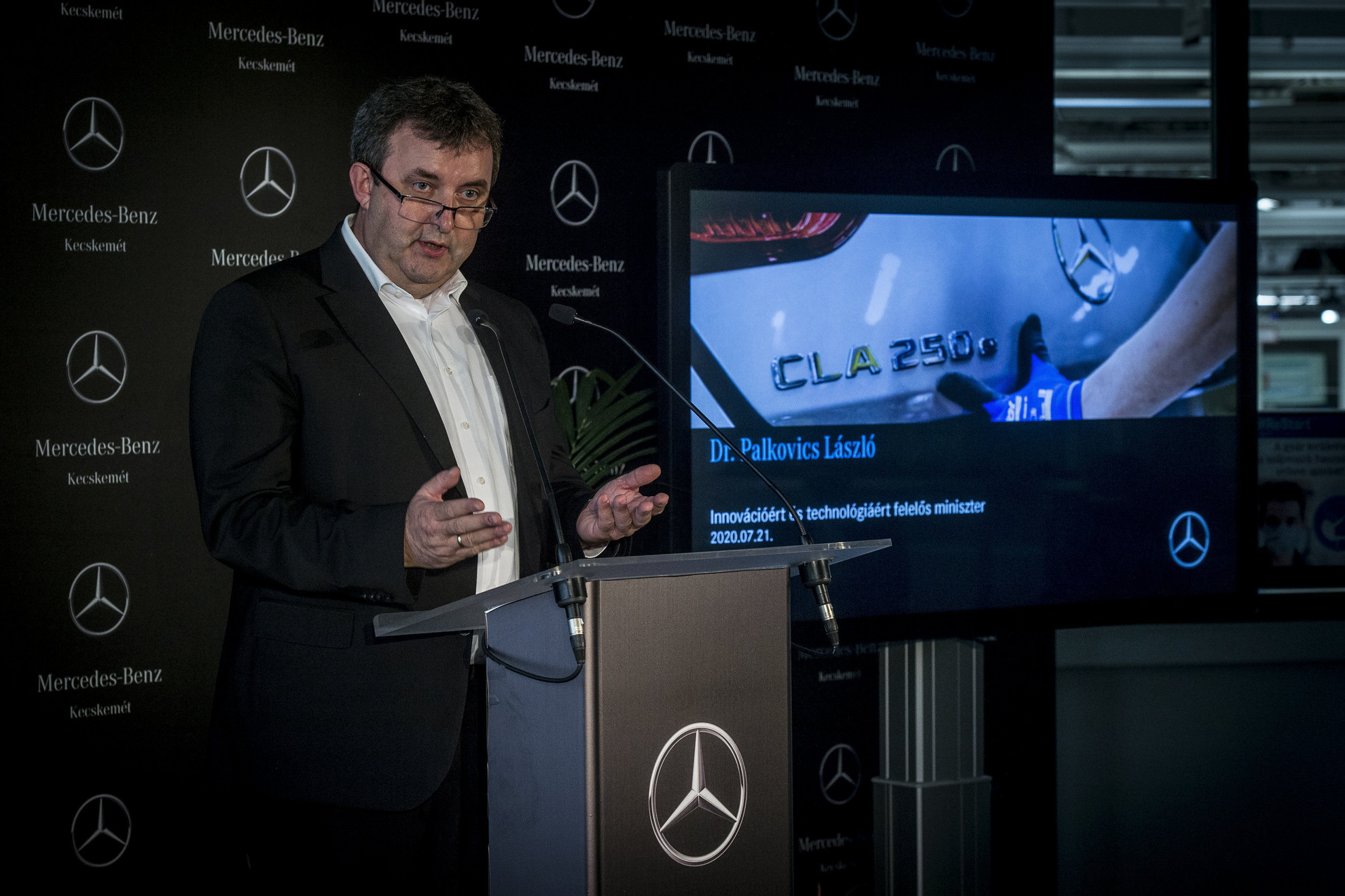 Palkovics László innovációs és technológiai miniszter beszédet mond a kecskeméti Mercedes-gyárban