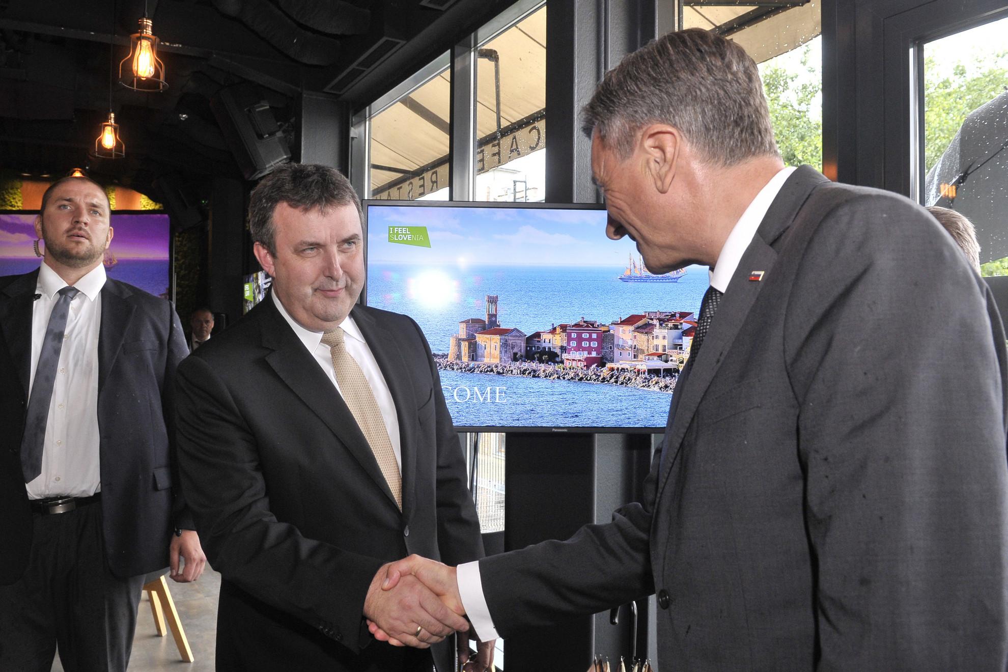 Borut Pahor, Szlovénia köztársasági elnöke (j) és Palkovics László innovációs és technológiai miniszter kezet fog a Szlovén Turisztikai Hivatal és Szlovénia budapesti nagykövetsége turisztikai promóciós rendezvényén