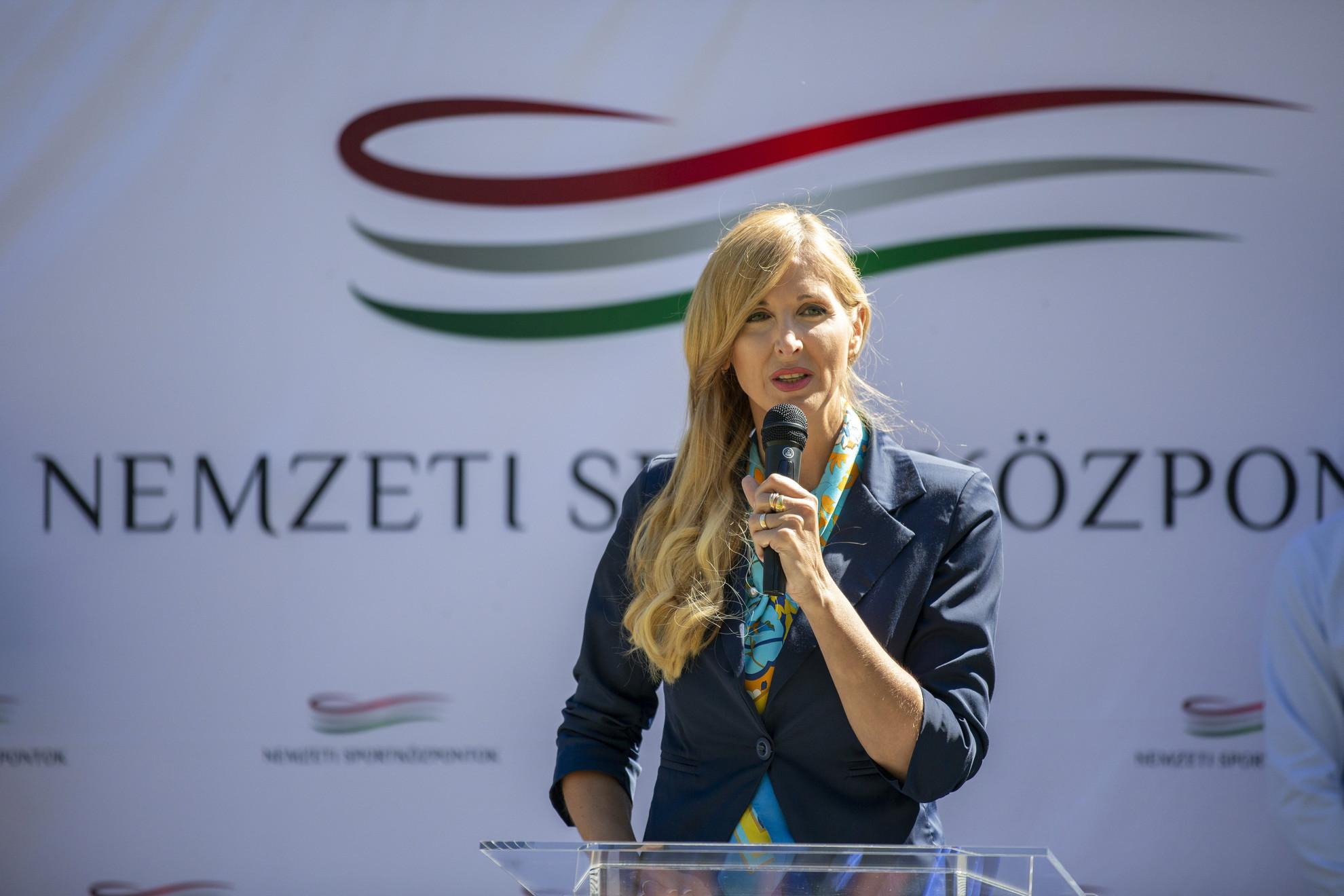 Szabó Tünde, az Emberi Erőforrások Minisztériumának sportért felelős államtitkára beszédet mond a siófoki vízitúra-megállóhely átadásán