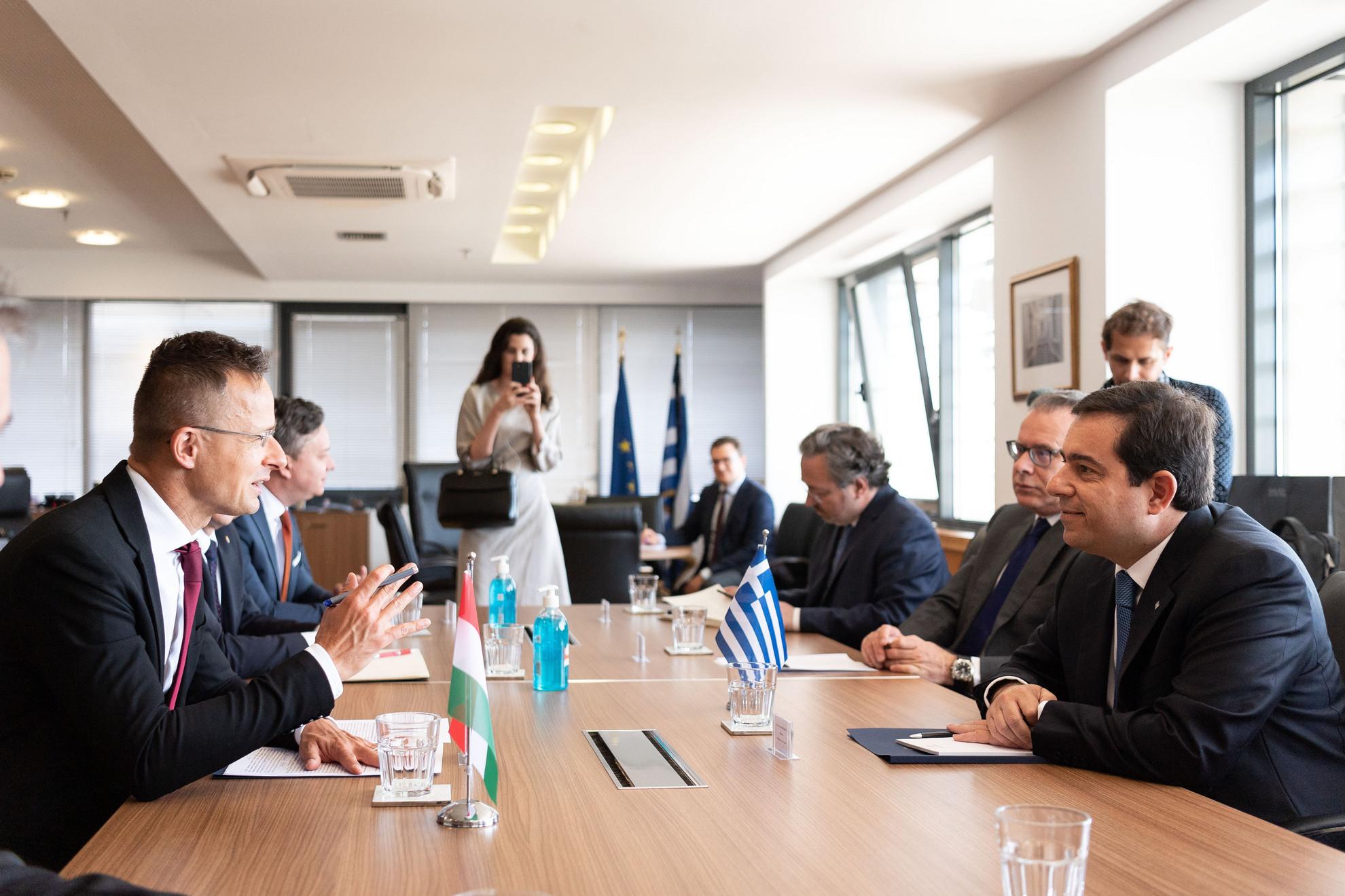 Szijjártó Péter külgazdasági és külügyminiszter (b) megbeszélést folytat Notisz Mitarikisz görög migráció- és menekültügyi miniszterrel a Migráció-és Menekültügyi Minisztériumban, Athénban 2020. július 9-én