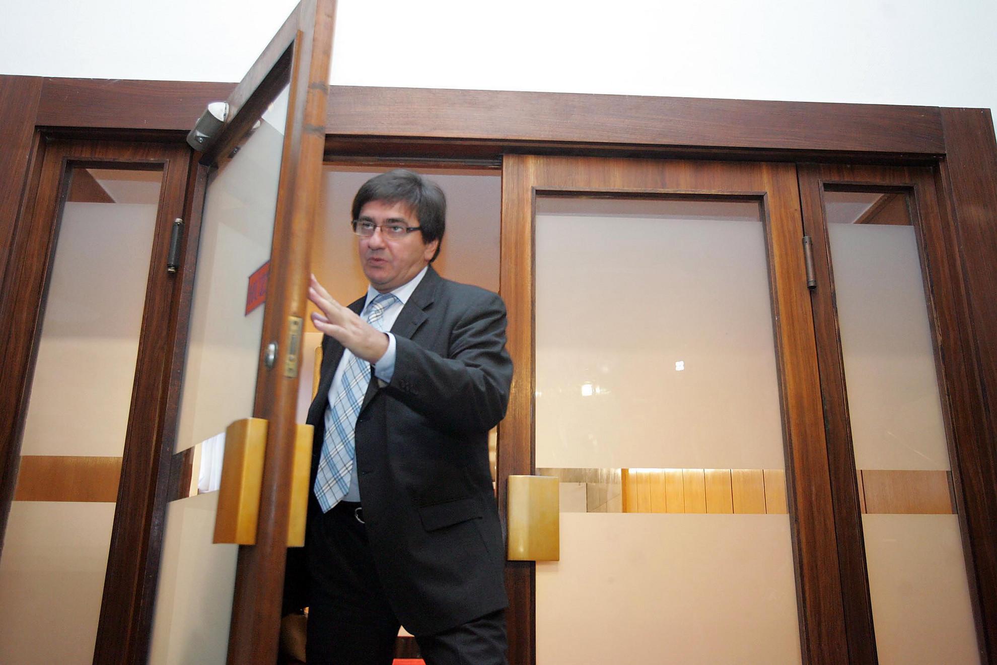 Veres János távozik a képviselői irodaház tárgyalóterméből 2011-ben